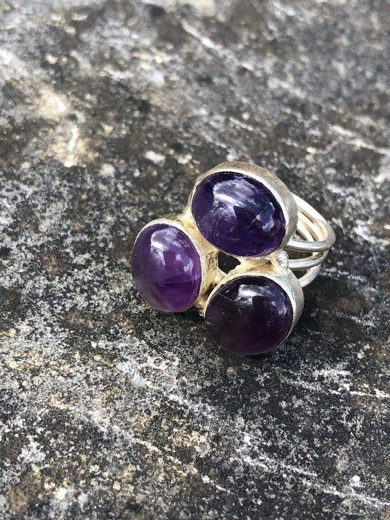 Zilveren ring met 3 amethisten, maat 17,5.