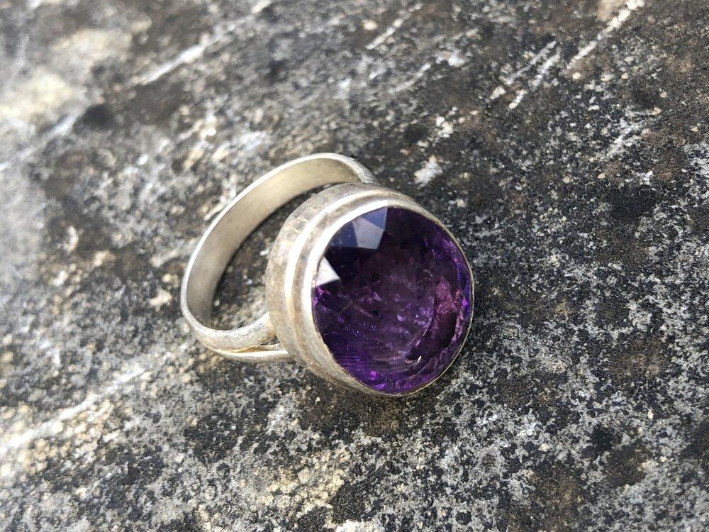 Zilveren ring met amethist, maat 17.