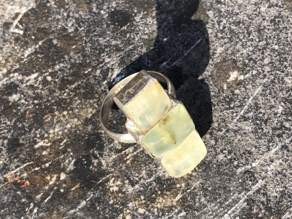 Zilveren ring van drie vierkante prehnieten, maat 17,5