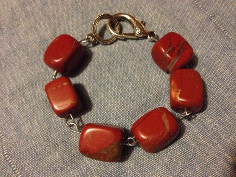 Armband van grote rode jaspis kralen