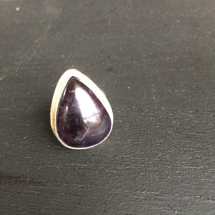 Druppelvormige ring van donker amethist in zilveren zetting, maat 18