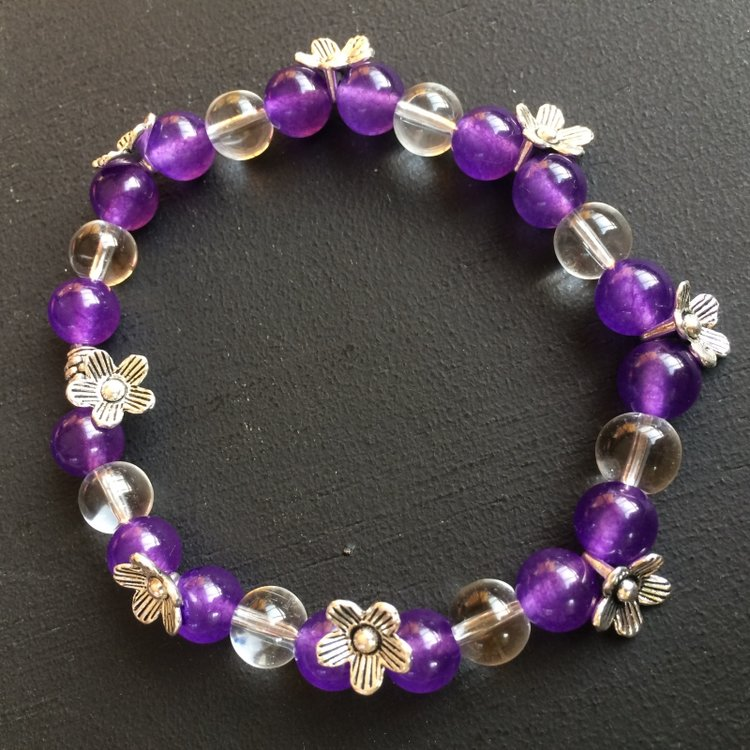 Armband met amethist, bergkristal en bloemetjes op elastiek geregen