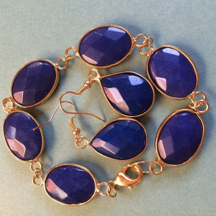 Set van oorbellen en armband van blauwe geslepen jade in goudkleurige zetting