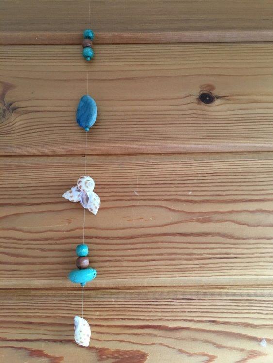Beschermende en kalmerende raamhanger met schelpen, howliet en agaat