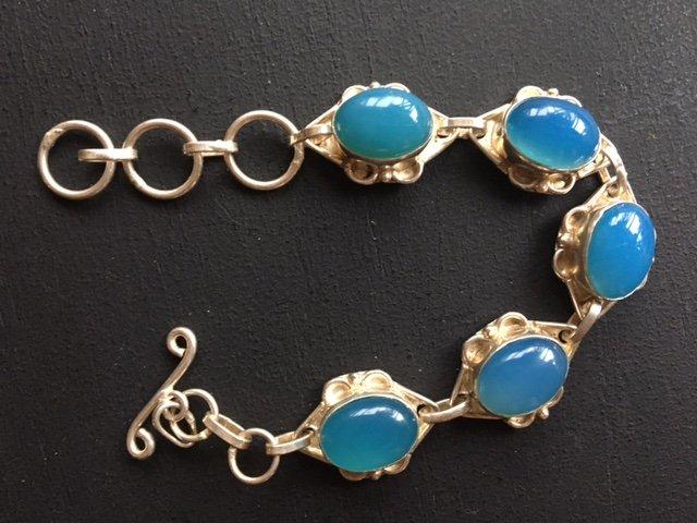 Prachtige bewerkte zilveren armband met ovalen chalcedoon