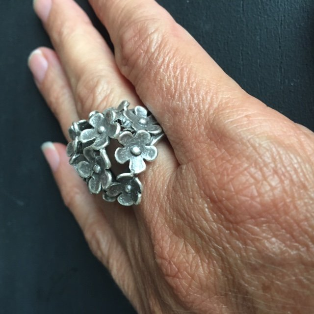 Vrolijke silverplated verstelbare ring met bloemen