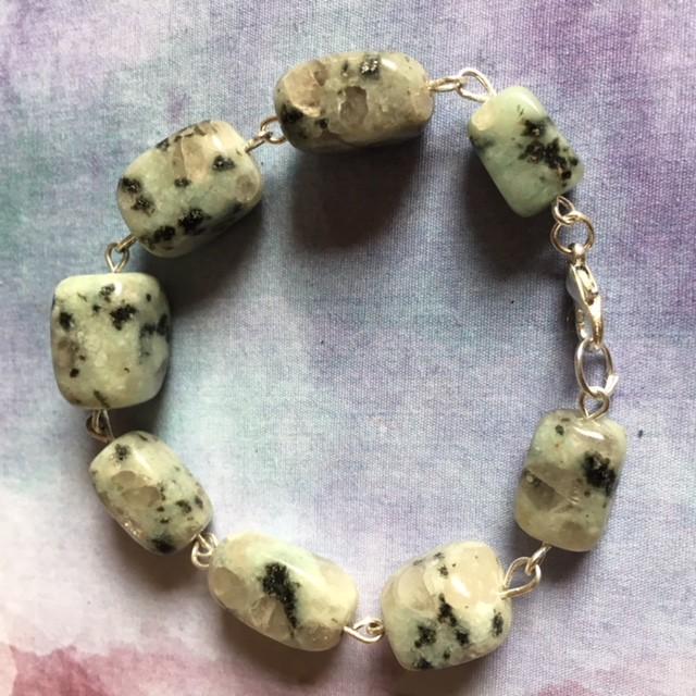 Armband van kiwi jaspis geketteld op ijzerdraad