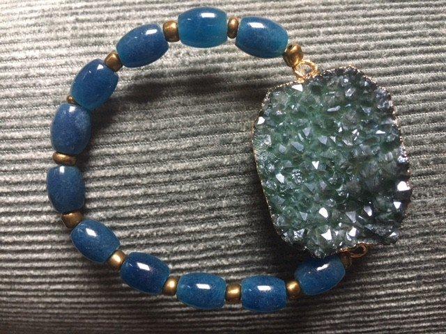 Armband van agaat en mooi petrolkleurig apatiet, wat de geest in balans brengt.