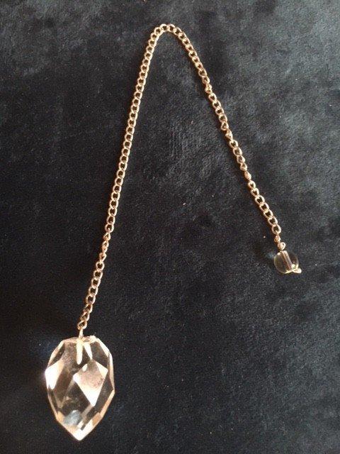Pendel van helder en gefacetteerd bergkristal