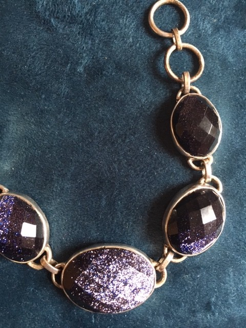 armband van zilver met vijf ovalen grote blauwe goudsteen