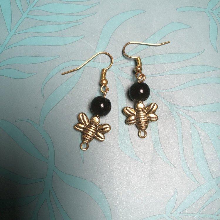 Oorbellen met onyx kraal en bijtjes