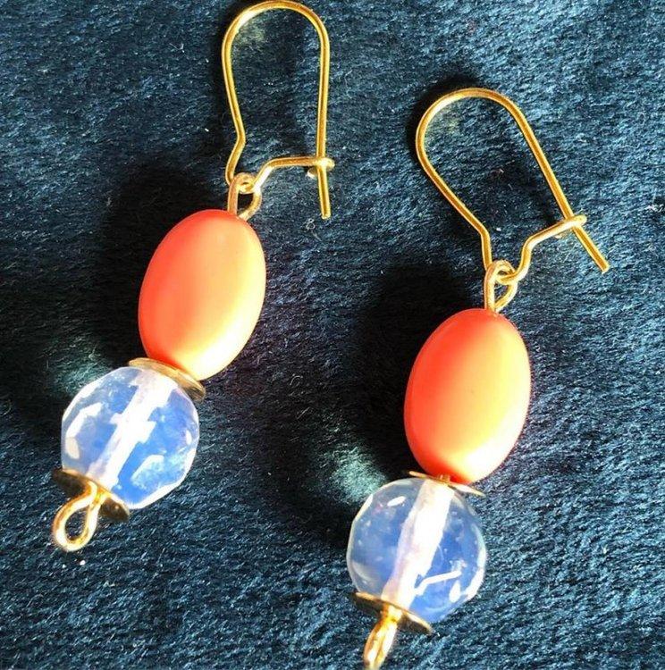 Mooie oorbellen van opaliet en koraal
