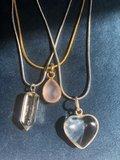 Fijn hangertje in hartvorm van bergkristal_