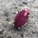 Bijzondere zilveren ring van fuchsia-kleurige regenboogmaansteen, maat 16_