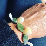 Armband in bijzondere vorm, van gele en groene jaspis _