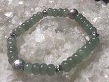 Fijne armband van groene aventurijn met zilveren tussenkralen_