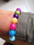 Armband van vrolijke ronde jade kralen_