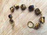 Prachtige armband met gefacetteerde tijgeroog afgewerkt op goudkleurig ijzerdraad_