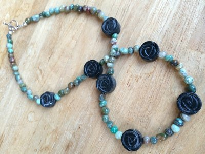 Ketting van jade met zwarte roosjes van jade