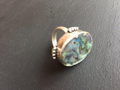 Prachtige ovalen zilveren ring met abalone / parelmoer, maat 17