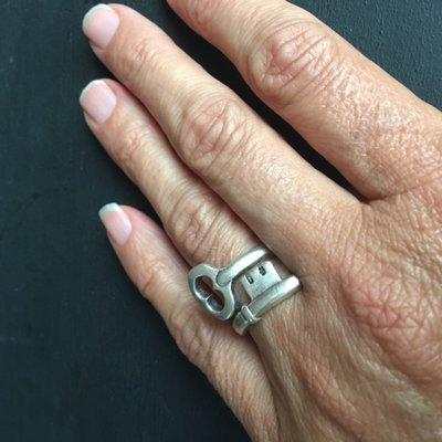 Vrolijke silverplated verstelbare ring: een sleutel!