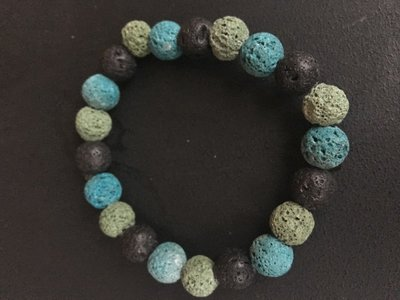 Armband van drie kleuren lavasteen