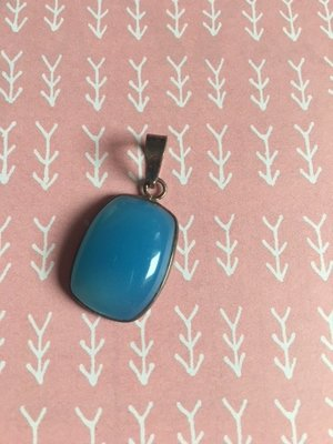 Prachtige zilveren hanger van diepblauw chalcedoon