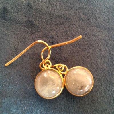 Fijne labradoriet oorbellen in goudkleurige zetting