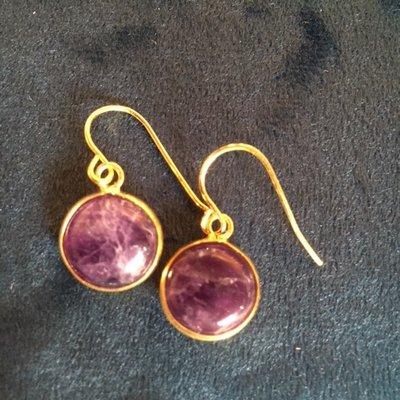 Fijne amethist oorbellen in goudkleurige zetting