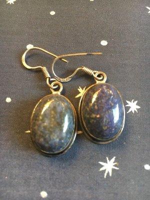 Mooie ovalen oorbellen van lapis lazuli in zilveren zetting
