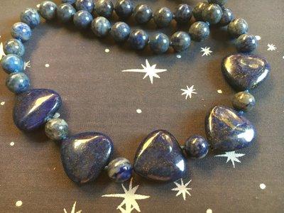 Mooie ketting met ronde lapis lazuli kralen en vijf driehoekvormige kralen