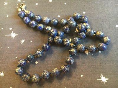 Geknoopte ketting met ronde lapis lazuli kralen