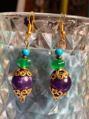 Kleurrijke oorbellen van amethist, smaragd en turkooise