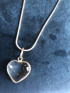 Fijn hangertje in hartvorm van bergkristal