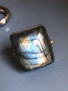 Grote ring met vierkante labradoriet, in fijne zilveren zetting, maat 21,5