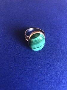 Prachtige zilveren ring van malachiet, maat 19,5