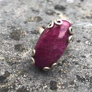 Bijzondere zilveren ring van fuchsia-kleurige regenboogmaansteen, maat 16