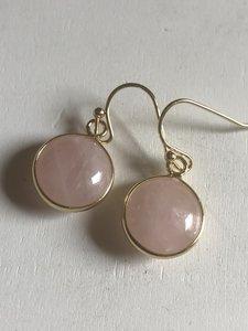 Fijne rozenkwarts oorbellen in goudkleurige zetting