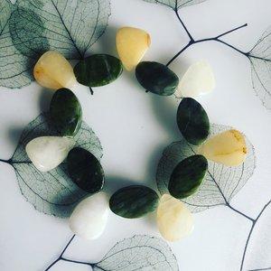 Armband in bijzondere vorm, van gele en groene jaspis