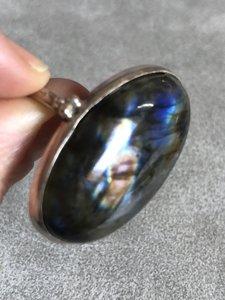 Beschermende ovalen ring van labradoriet, in zilveren zetting, maat 20