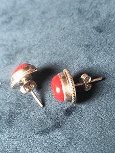 Ovalen oorstekers van rood koraal, 925 zilver