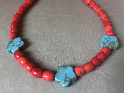 Ketting van rood koraal en turkooiseblauw howliet