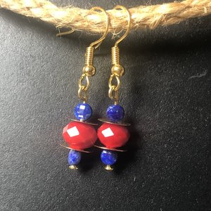 Goudkleurige oorhangers van koraal en lapis lazuli