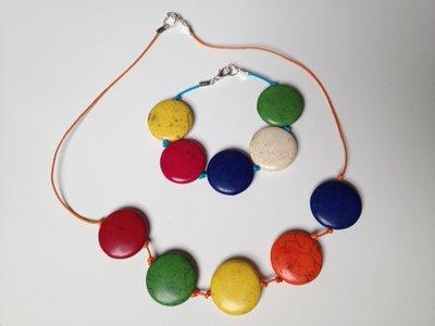 Armband met grote kleurrijke howliet kralen