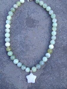 Prachtige ketting van lichtgroene jade stenen en een maansteen sterretje