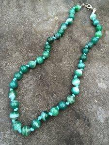 Vrolijke ketting van groene agaten op een blauw waxkoord geknoopt