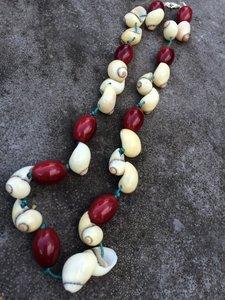 Mooie ketting met herfstkleuren van jaspis en schelpen