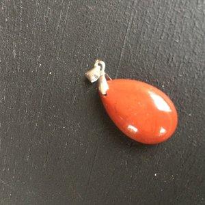 Druppelvormige hanger van rode jaspis