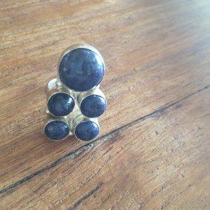 Prachtige ring met 5 lapis lazuli stenen, in zilveren zetting, maat 16,5