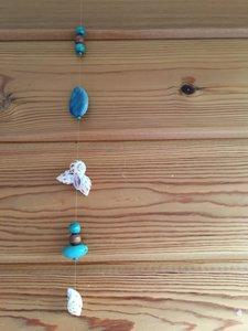 Zomerse en kalmerende raamhanger met hout, schelpen, howliet en agaat